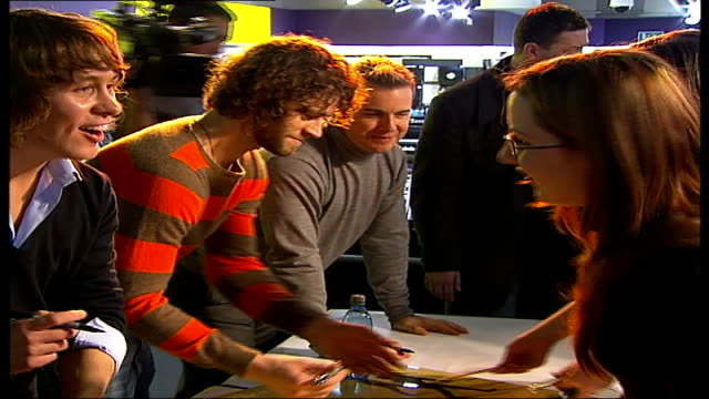 stockvideo's en b-roll-footage met take that appearance at hmv oxford street side views of take that band members signing fans' cds of their new album sot / various of take that band... - jongensband