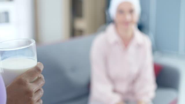 継母の世話 - 義母点の映像素材/bロール