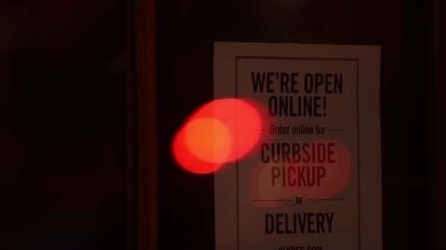 vidéos et rushes de takeout orders only sign is posted at a restaurant april 1, 2020 in washington, dc. the district of columbia has joined other states and territories,... - maryland état