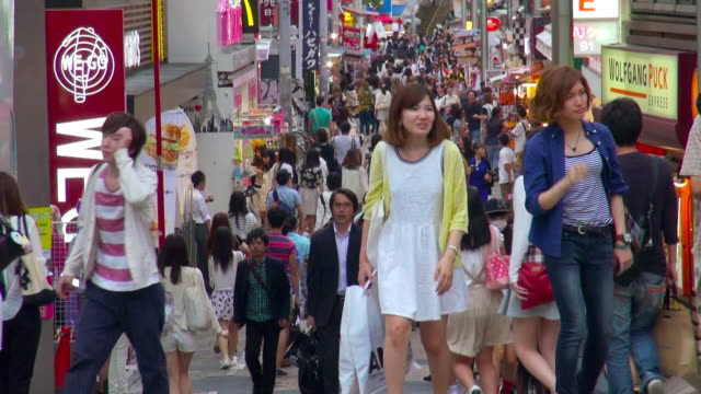 takeshita street in harajuku - ヤングアダルト点の映像素材/bロール