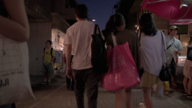 takeshita street in harajuku.tokyo,japan. - バッグ点の映像素材/bロール