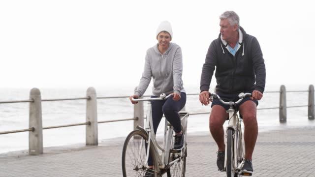 vidéos et rushes de un tour de vélo avec mon amour - hommes d'âge mûr