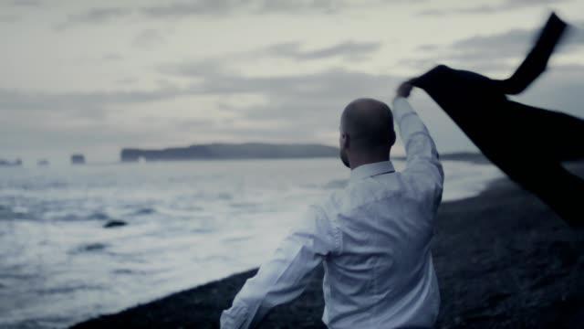 vídeos de stock e filmes b-roll de taking a break. businessman celebrating success in the wild - fato