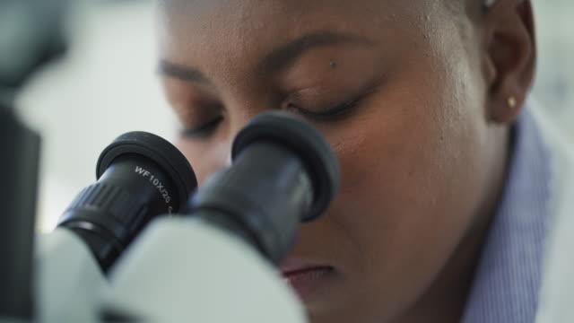 vídeos y material grabado en eventos de stock de echando un vistazo más de cerca a los átomos - patólogo