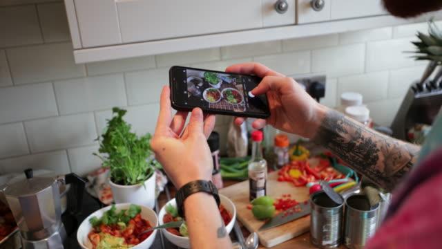 prendere un buongustaio - photographing video stock e b–roll