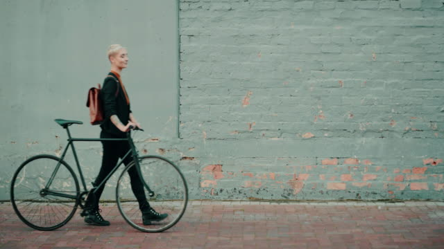 vídeos de stock e filmes b-roll de taking a gentle stroll to work - segurar