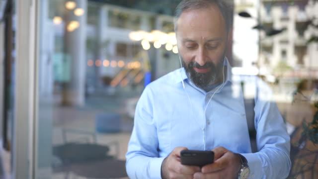 vidéos et rushes de prendre un moment pour vérifier ses messages - quadragénaire