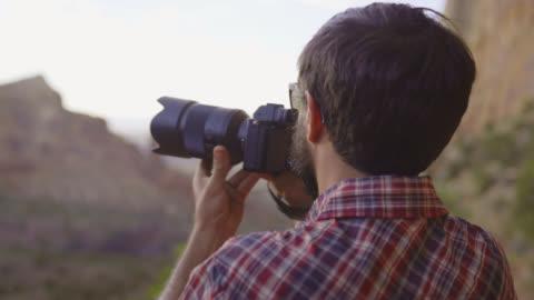 ta ett foto av en dal - digital spegelreflexkamera bildbanksvideor och videomaterial från bakom kulisserna