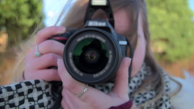 taking a photo with dslr - デジタル一眼レフカメラ点の映像素材/bロール