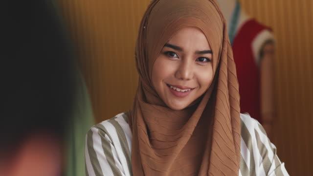 vídeos y material grabado en eventos de stock de tomando una foto de una mujer asiática - malasia