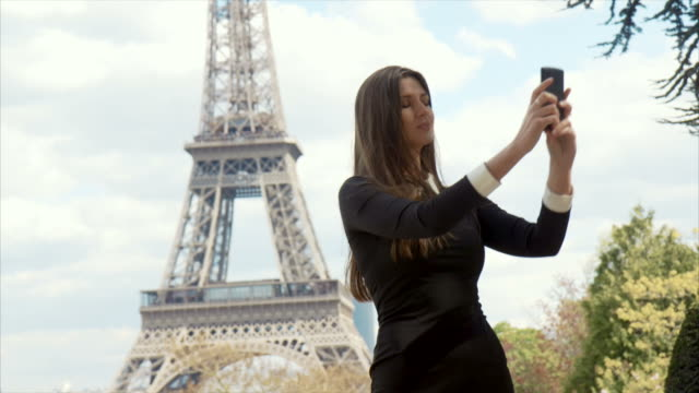taking a selfie with eiffel tower - eiffel tower stock videos and b-roll footage