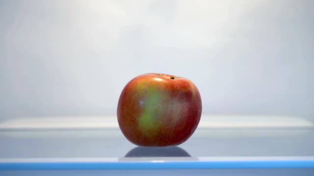 冷蔵庫からリンゴを取る - レッドデリシャス点の映像素材/bロール