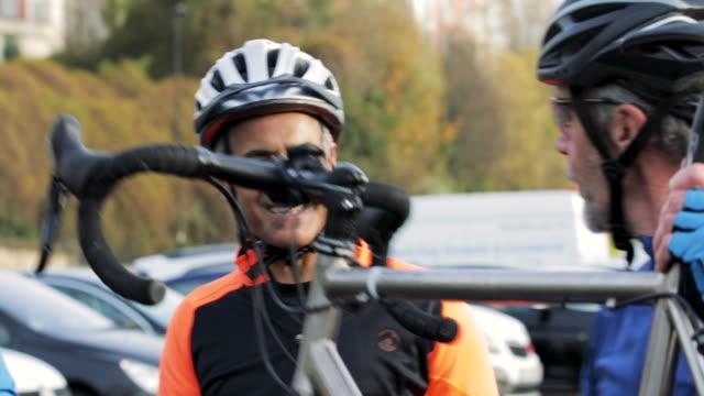 vídeos y material grabado en eventos de stock de tomar la bicicleta de un coche - cerrar con llave