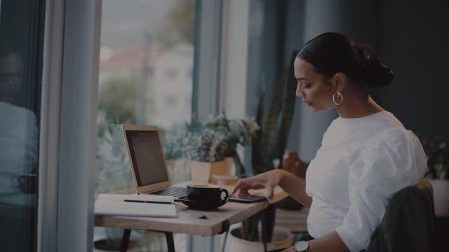vídeos de stock e filmes b-roll de taking charge of growing her dreams - coffee drink