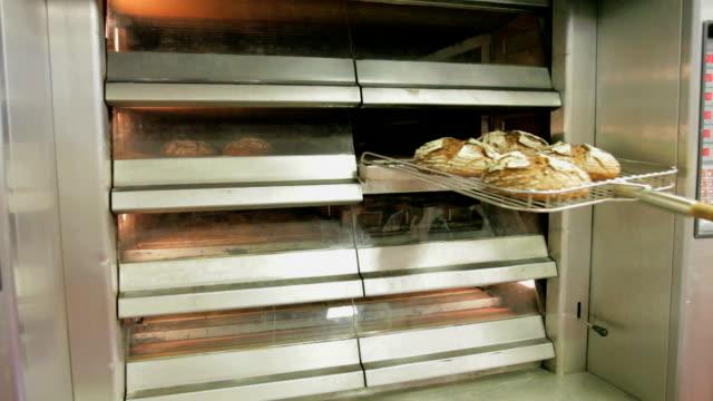 Mit frisch gebackenem Brot aus dem owen