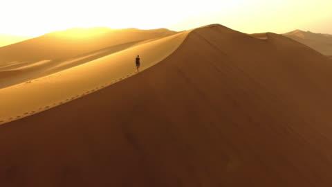 stockvideo's en b-roll-footage met nemen in de dageraad van de duinen - solitair