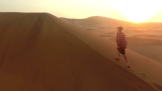 Prise dans le lever du soleil du désert