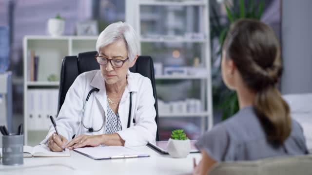 nimmt man jedes symptom zur kenntnis, das ihr patient anzeichen von - ärztin stock-videos und b-roll-filmmaterial
