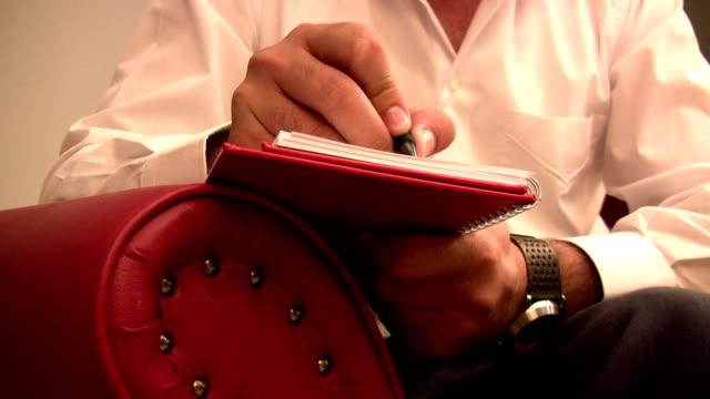 vídeos de stock e filmes b-roll de tomar notas - agenda de telefones