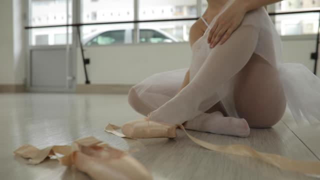 vidéos et rushes de décollage de chaussures de ballet - limb body part