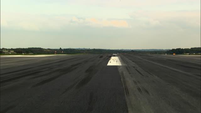 vídeos y material grabado en eventos de stock de pov taking off from dorchester airport / dorset, united kingdom - pistas