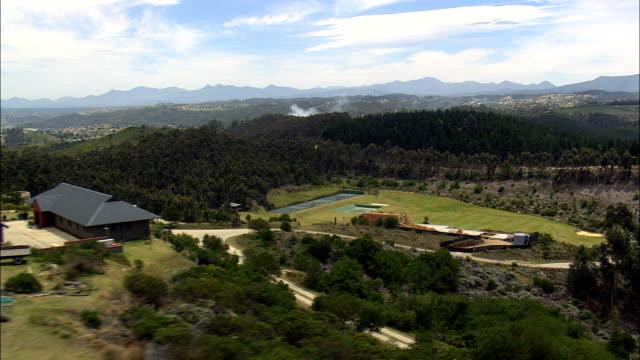 vídeos de stock, filmes e b-roll de decolando de desembarque ponto e vista da paisagem da áfrica do sul - vista aérea - western cape, áfrica do sul - ângulo agudo