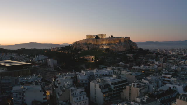 vídeos y material grabado en eventos de stock de taking off with a drone from downtown athens with the acropolis in the background - colina