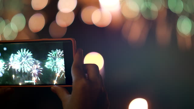 fotografieren bei celebration new year event - knallkörper stock-videos und b-roll-filmmaterial