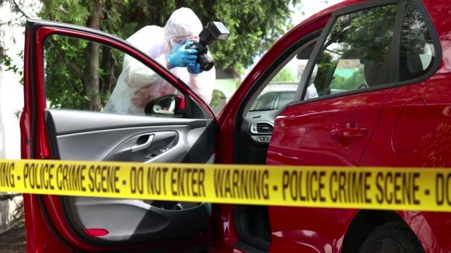 車が犯罪現場である写真を撮る - 検死官点の映像素材/bロール