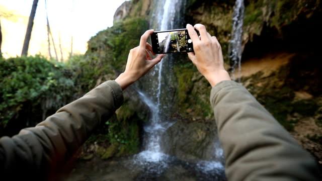 die fotos von wasserfall - subjektive kamera blickwinkel aufnahme stock-videos und b-roll-filmmaterial