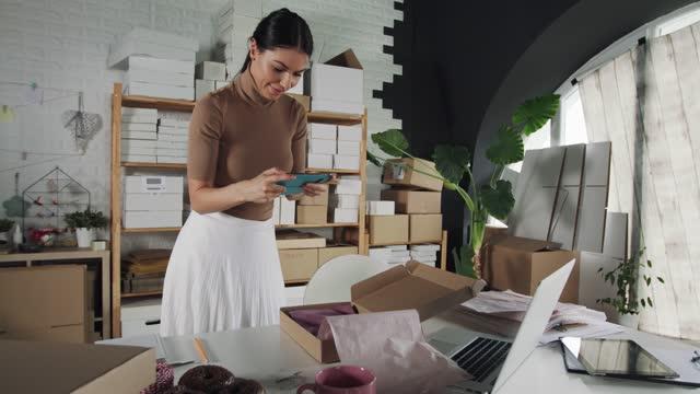 stockvideo's en b-roll-footage met foto's maken tijdens het inpakken van bestellingen van klanten - elektronische handel