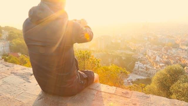 vídeos y material grabado en eventos de stock de taking pictures of the barcelona cityscape on sunrise - tejado