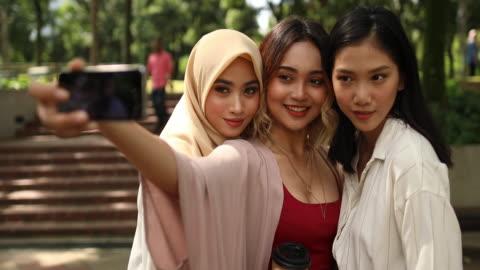 vídeos y material grabado en eventos de stock de tomar fotografías en día soleado - diversidad