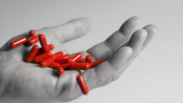 vidéos et rushes de hd ralenti: à capsules rouges - image en noir et blanc