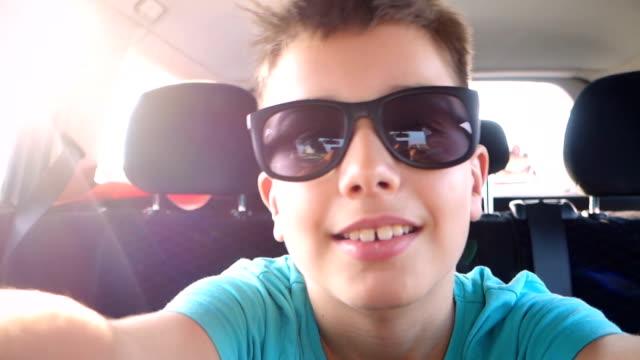 vidéos et rushes de selfie prise dans la voiture - lunette soleil