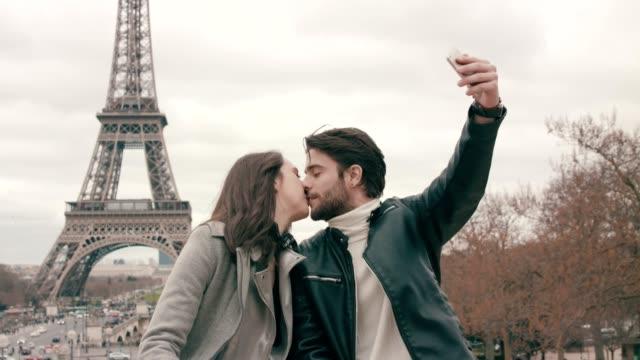 vídeos de stock, filmes e b-roll de selfie tomada perto da torre eiffel - paris