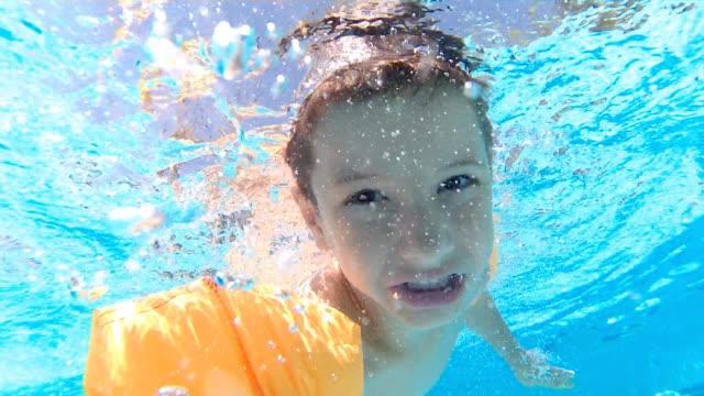nehmen selfie unter wasser - schwimmflügel stock-videos und b-roll-filmmaterial