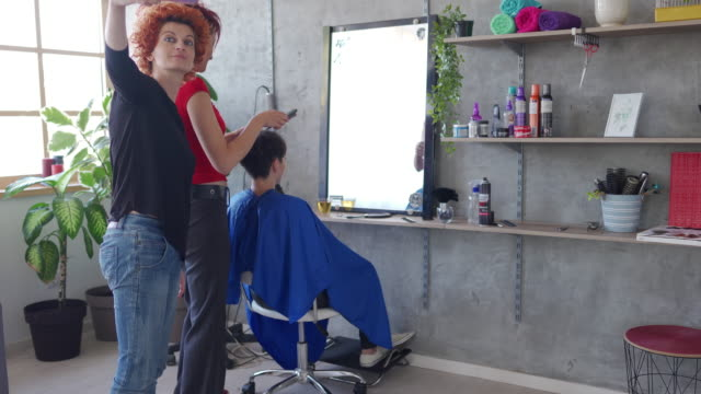 taking selfie with customer in hairdressing salon - hair clipper stock videos & royalty-free footage