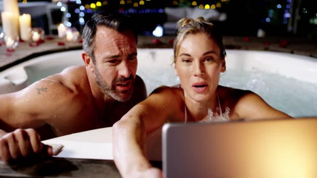 vídeos de stock, filmes e b-roll de tendo selfies na banheira - casal de meia idade
