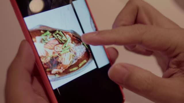 vidéos et rushes de prise de shot de la nourriture thaïlandaise locale - photo messaging