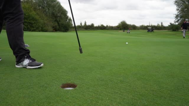 vídeos de stock, filmes e b-roll de taking the flag from the hole. no putting. - bolsa de golfe