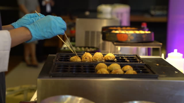 たこ焼き料理、シェフハンド - fast food点の映像素材/bロール