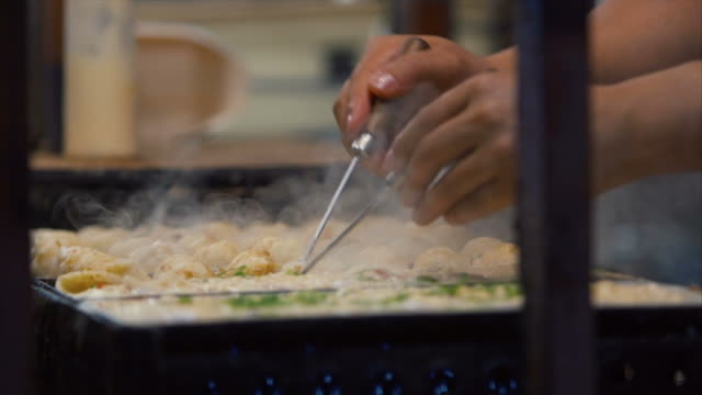 takoyaki in dotonbori - bancarella video stock e b–roll