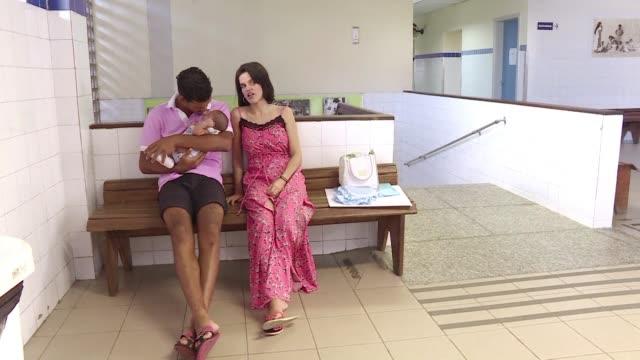 tal y como kleisse cuyo hijo fue diagnosticado de microcefalia muchas madres con el mismo caso acuden al hospital en busca de infromacion - virus zika video stock e b–roll