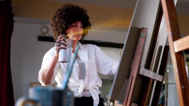 stockvideo's en b-roll-footage met talanted vrouw haar stuk in het kunstatelier schilderij - canvas