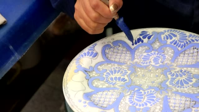 vídeos de stock e filmes b-roll de talavera pottery a five centuries old pottery tradition from spain that later arrived in mexico where it acquired its own identity has been inscribed... - ceramista