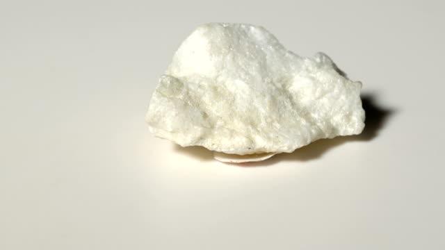 白い背景とのローテーションでタルク鉱物サンプル - 石材点の映像素材/bロール