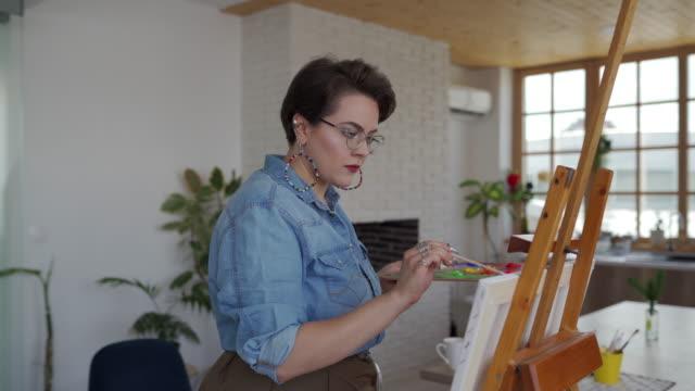 vídeos y material grabado en eventos de stock de artista femenina talentosa trabajando en el atelier - sólo mujeres jóvenes