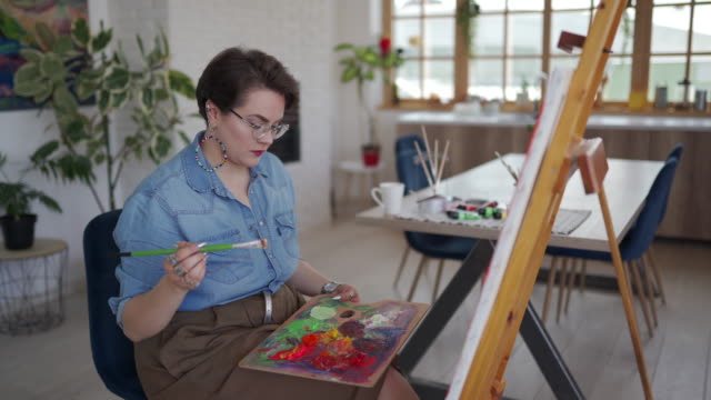 vídeos de stock e filmes b-roll de talented female artist working at atelier - só mulheres jovens