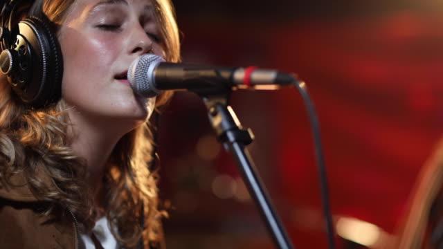 vídeos de stock, filmes e b-roll de músicos talentosos cantando em um show com sua banda - singer